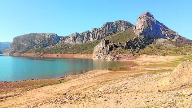 El embalse de Porma, en León, está a la mitad de su capacidad