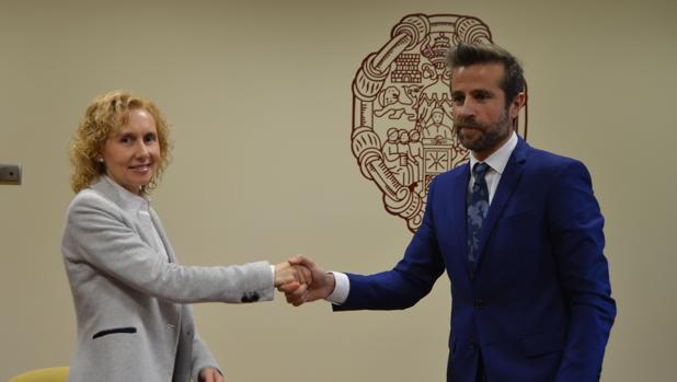 La rectora de la Pontificia, Mírian Cortés, y Leandro Roldán Maza, en la firma del acuerdo