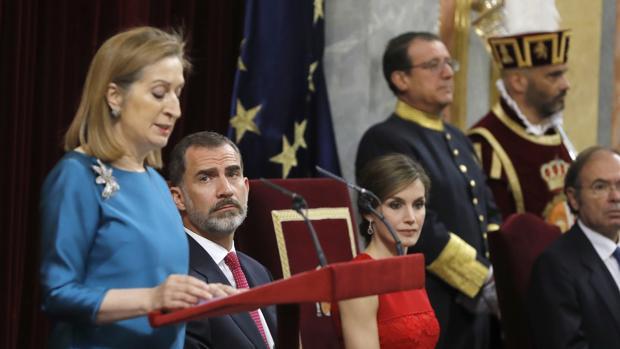 Ana Pastor pronuncia su discuros ante Don Felipe y Doña Letizia
