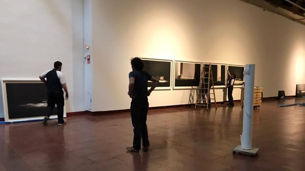 Un momento del montaje de la muestra en el Museo de Santa Cruz este miércoles
