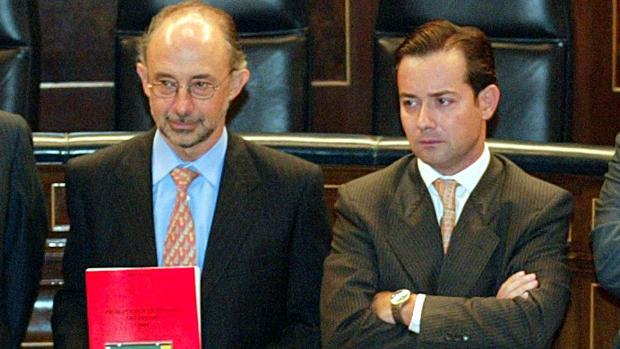 Montoro y Martínez Rico presentan los Presupuestos de 2004, cuando eran ministro de Hacienda y secretario de Estado de Presupuestos