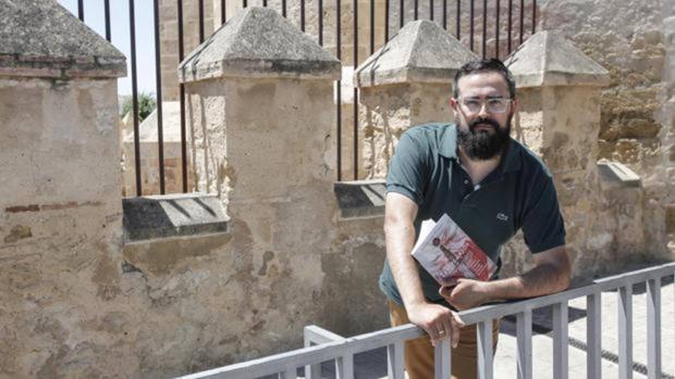 José Manuel Morales posa con su último libro, «Templarios»
