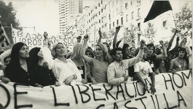 Aspecto de la cabecera de la primera manifestación del Orgullo Gay que se celebró en Madrid el 28 de junio de 1978