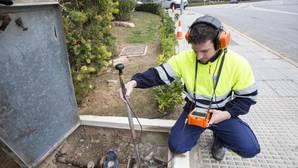 Un operario realiza tareas para comprobar el consumo de la red