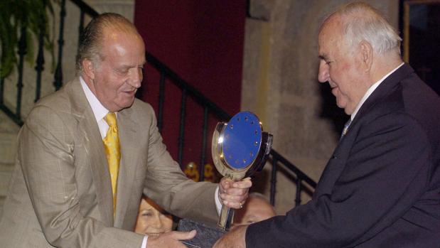 Don Juan Carlos entrega el Premio Carlos V en 2006 a Helmut Kohl en Cuacos de Yuste (Cáceres)