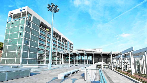 Imagen exterior del moderno edificio que alberga al Hospital Universitario de Burgos, que cumple ya su quinto aniversario