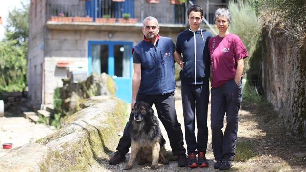 David Pena y Elsa Pérez, de la Asociación Andrea, con su hijo Marco, y el perro Benito en su casa de San Salvandor dos Penedos, Allariz