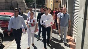 El equipo de Ximo Puig entrega los avales en la sede del PSPV