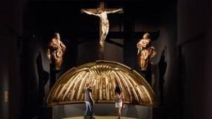 Dos personas contemplan varias piezas de la exposición sobre Alonso Berruguete en Valladolid