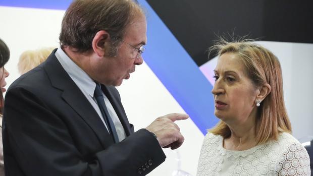 Pío García-Escudero conversa con la presidenta del Congreso