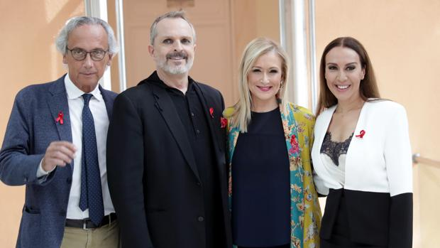 De izq. a dcha., el doctor Clotet, Miguel Bosé, Cristina Cifuentes y Mónica Naranjo