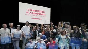 Los diputados de Junts Pel Si, posan con las urnas tras el acto político celebrado ayer en el Teatre Nacional de Cataluña