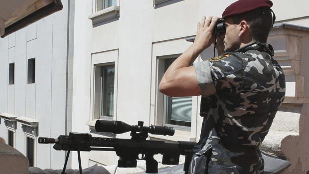 Un especialista de los GEO, en un dispositivo de vigilancia en las azoteas del Congreso de los Diputados