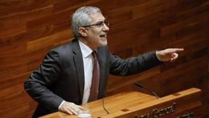 Gaspar Llamazares , durante un pleno en el Parlamento de Asturias