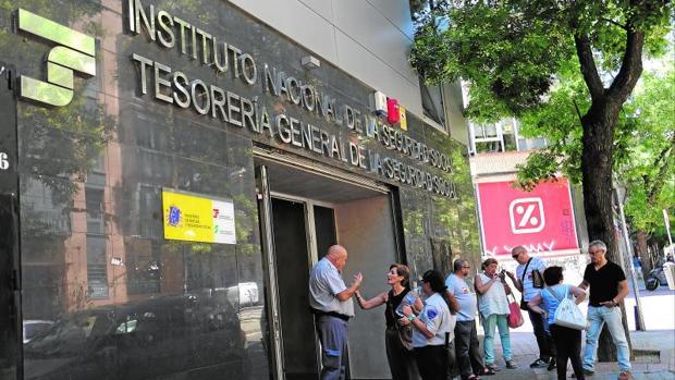 Los funcionarios de la seguridad social atacados con gas for Tesoreria seguridad social vitoria