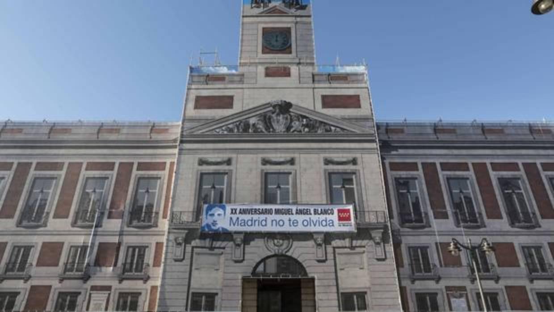 La comunidad recuerda a miguel ngel blanco en la fachada for Correo comunidad de madrid