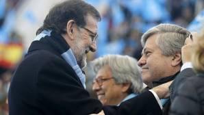 El presidente del Gobierno, Mariano Rajoy, con el padre de Leopoldo López, en una imagen de 2015