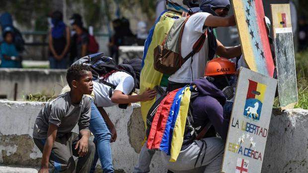 Opositores venezolanos, hace dos días durante las protestas en el país