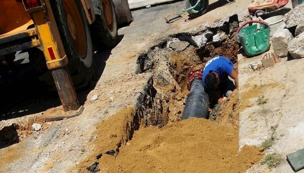 Imagen de un técnico de Global Omnium/Aguas de Valencia durante los trabajos de reparación
