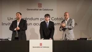 Puigdemont, con Romeva y Junqueras, durante su conferencia en Madrid