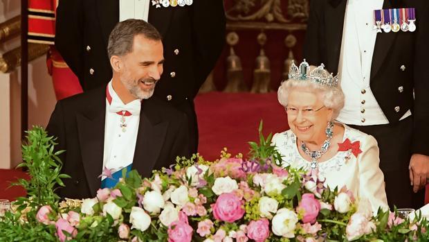 Don Felipe, junto a la Reina Isabel II en el Banquete de Estado, este miércoles