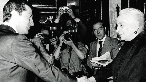 El presidente Suárez y Dolores Ibárruri se saludaron por primera vez ese 13 de junio en el Congreso