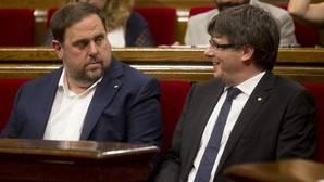 El presidente de la Generalitat de Cataluña, Carles Puigdemont, junto al vicepresidente Oriol Junqueras