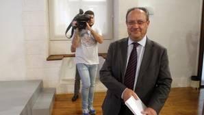 El consejero de Hacienda, Juan Alfonso Ruiz Molina, ayer en la sala de prensa del Palacio de Fuensalida
