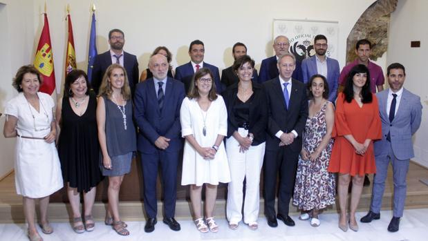Foto de familia de la nueva junta directiva del Colegio de Médicos de Toledo junto a los asistentes al acto