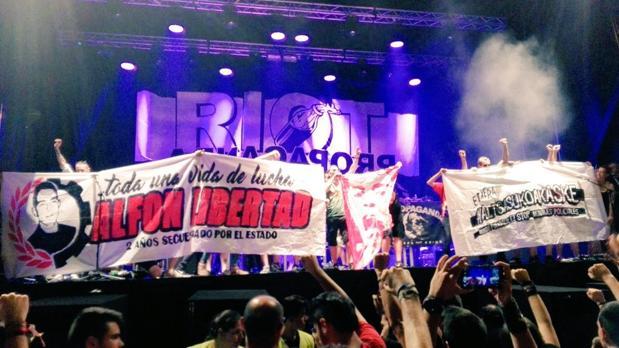Pancartas en favor de «Alfon» y los agresores de Alsasua durante el conciero en Vallecas