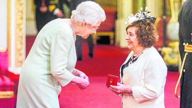 Teresa Pacios, condecorada por la Reina de Inglaterra