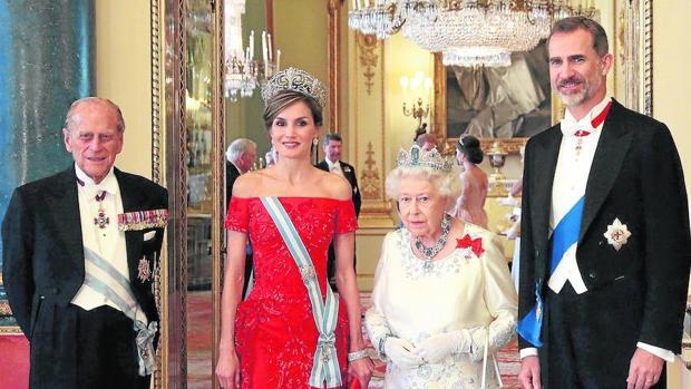 Los Reyes, junto al Duque de Edimburgo y la Reina Isabel II en su visita a Reino Unido