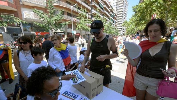 Venezolanos residentes en Barcelona participan en la votación