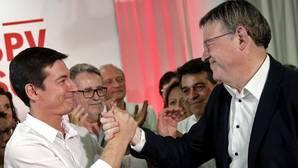 Ximo Puig saluda a su rival en las primarias, Rafa García