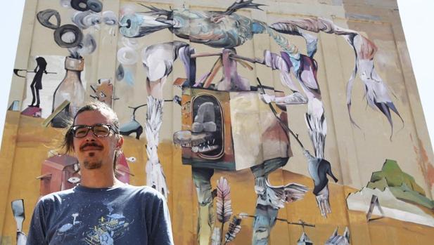Antonio Laguna posa de espaldas a la obra que ha realizado en el antiguo silo de Almagro