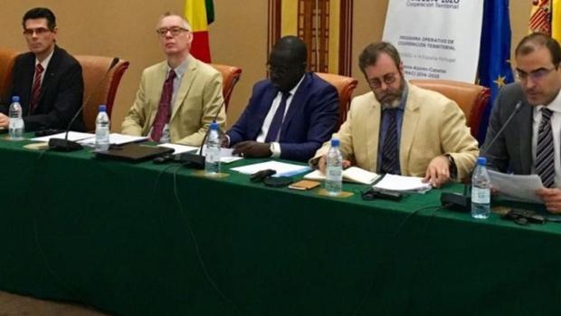 El embajador de España en Dakar, Alberto Virella, primero por la izquierda
