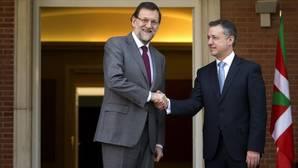 Mariano Rajoy , en el Palacio de la Moncloa junto a Iñigo Urkullu