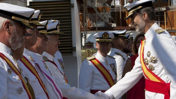 El jefe del Estado saluda a los excomandantes del buque escuela Juan Sebastián Elcano, ayer en Marín (Pontevedra)