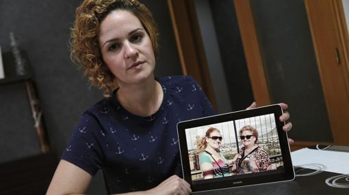 La hermana de Pilar muestra una fotografía familiar
