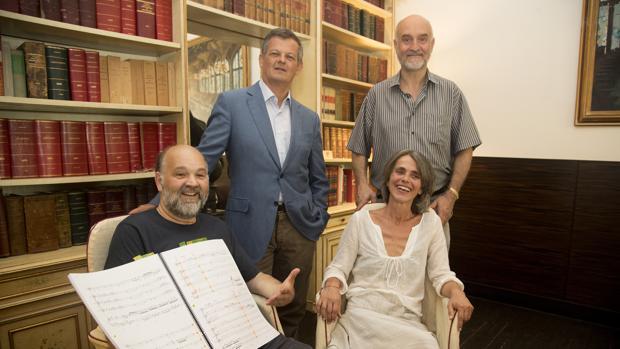 Pavarotti, junto a García Demestres y, de pie, a Aguilà (i) y Boada (d)