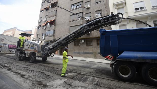 Operarios trabajan en el fresado de la calle de Esquilache, en Chamberí