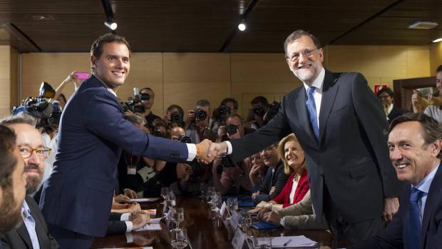 Albert Rivera y Mariano Rajoy, durante la firma de su acuerdo de investidura
