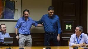 Sánchez e Iglesias durante la reunión en el Congreso de los Diputados