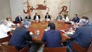 Carles Puigdemont junto a sus consellers, este martes durante la reunión semanal del Govern