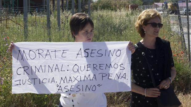 La madre y la hermana de Laura del Hoyo, una de las dos chicas asesinadas