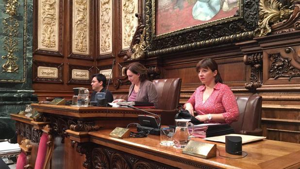 Colau preside un pleno en el Ayuntamiento de Barcelona