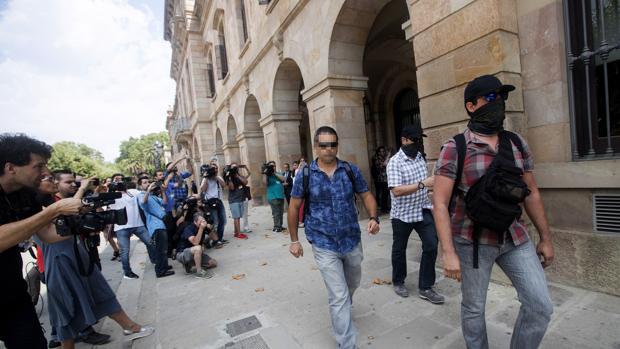 Agentes de la Guardia Civil a las puertas del Parlament