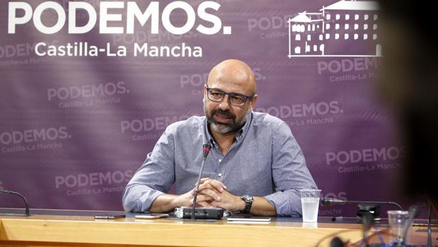 El líder de Podemos en Castilla-LA Mancha, José García Molina, este jueves en las Cortes regionales