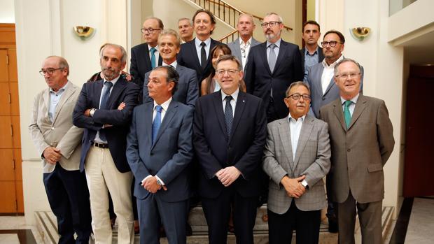 Ximo Puig junto al comité ejecutivo de la Confederación Empresarial de la Comunitat Valenciana (CEV)