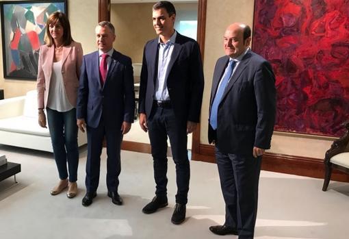 Sánchez llama a la puerta del PNV para «abrir una reforma constitucional» que permita el referéndum